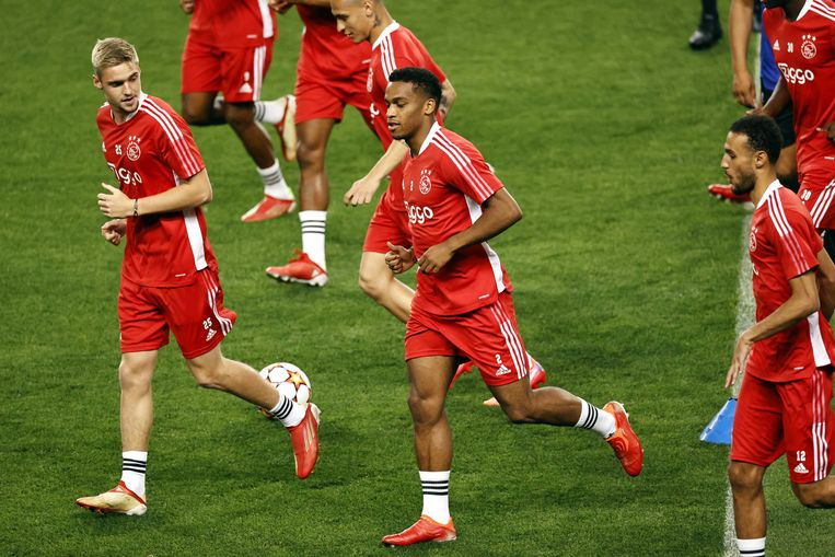 Late training van Ajax op dinsdag in het José Alvalade-stadion. In het midden Jurriën Timber, geflankeerd door Kenneth Taylor en Noussair Mazraoui. Beeld ANP