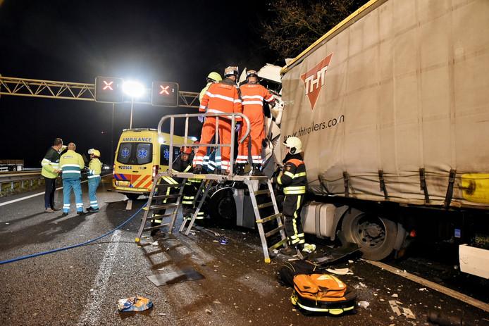 De vrachtwagen bij het eerste ongeluk op de A58.
