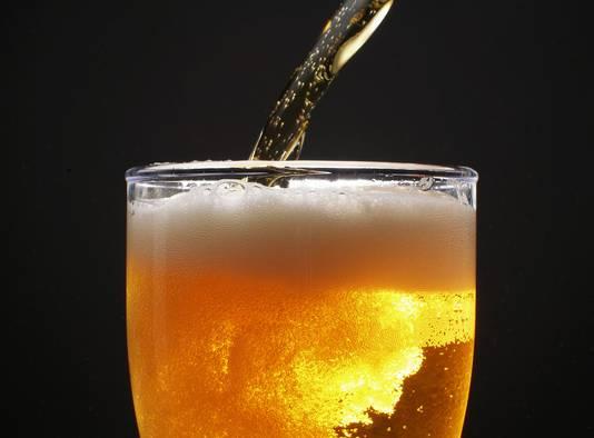 De huidige aanbeveling luidt dat vrouwen niet meer dan drie eenheden per dag horen te drinken of 14 per week. Voor mannen gaat het om vier eenheden per dag of 21 per week. Gezondheidsspecialisten menen dat die limieten naar beneden moeten worden bijgesteld.