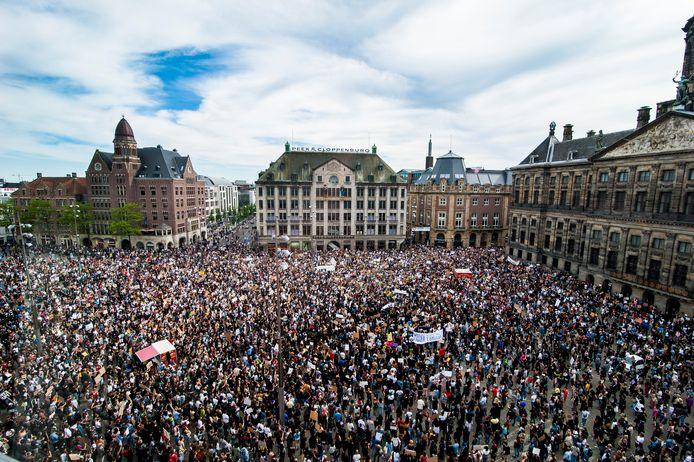 Zo'n vijfduizend demonstranten verzamelden zich maandag op de Dam om te protesteren tegen racisme.