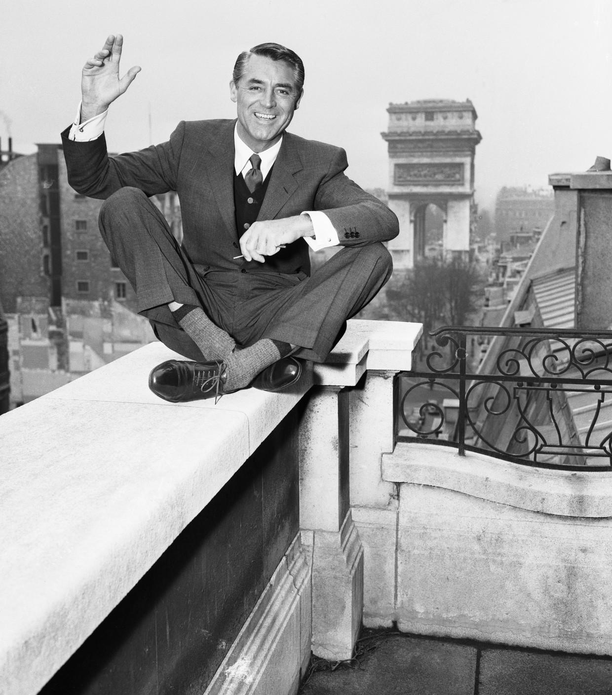 Cary Grant in Parijs.  Beeld Bettmann Archive