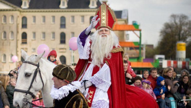 Sinterklaas tijdens de intocht bij het Scheepvaartmuseum, op zijn mijter de drie andreaskruisen uit het stadswapen. Foto Floris Lok Beeld