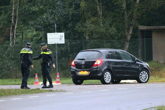 De politie doet onderzoek bij de mogelijke auto van het slachtoffer.