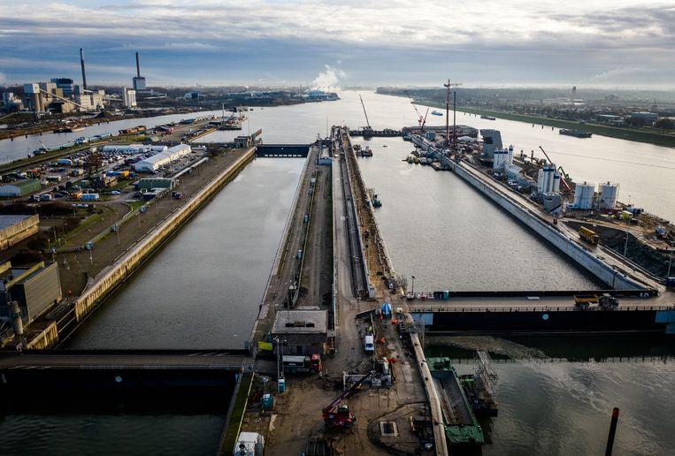 Dronefoto van werkzaamheden aan Zeesluis IJmuiden. Beeld Hollandse Hoogte /  ANP