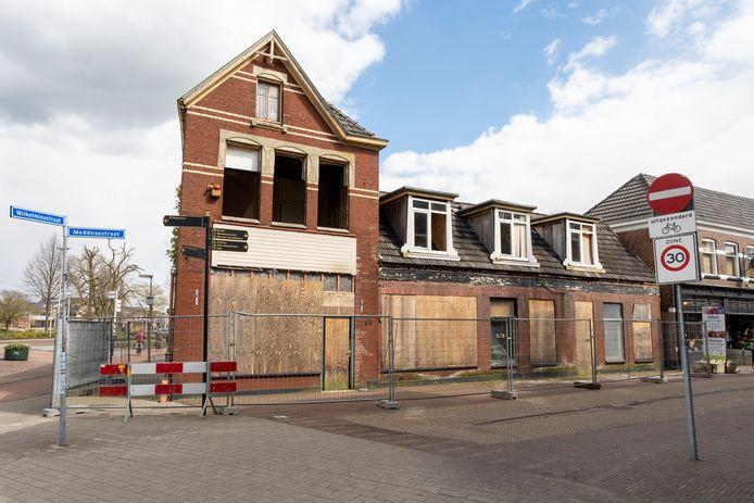 De panden aan de kop van de Meddosestraat worden gesloopt en maken plaats voor appartementen