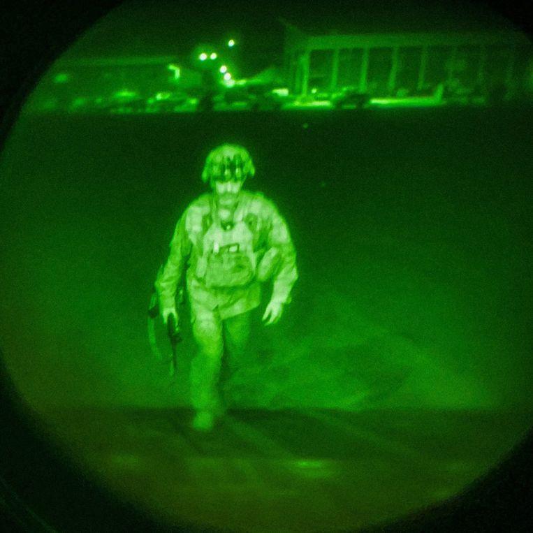 Majoor-generaal Chris Donahue gaat aan boord van een C-17-vrachtvliegtuig op de luchthaven in Kabul. Donahue is de laatste Amerikaanse militair die uit Afghanistan vertrekt. Beeld EPA