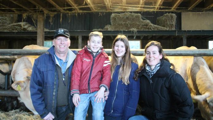 André en Linda van Dorresteijn hopen op een toekomst op de boerderij voor hun kinderen Monique en Marcel.