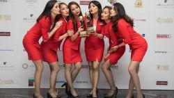 """Nieuw-Zeelandse klaagt over """"walgelijke"""" minirokjes van stewardessen Air Asia: """"Ik zag haar onderbroek, vreselijk!"""""""