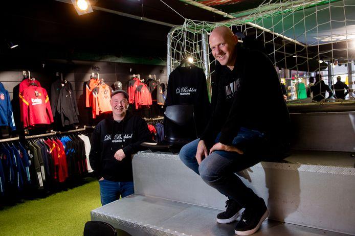 Jacco Talen van restaurant De Babbel (links) en Pim Mulder, eigenaar van 100% Voetbal Apeldoorn. Mulder verkoopt truien en hoodies met opdruk van De Babbel, de opbrengst gaat naar het restaurant.