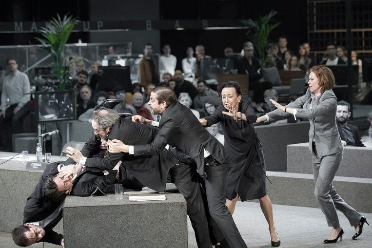Het gesoebat van Marieke Heebink (Cassius, rechts) en Gijs Scholten van Aschat (Coriolanus, midden) met hun politieke tegenstanders speelt zich af voor de draaiende camera's van een talkshow. Beeld Jan Versweyveld