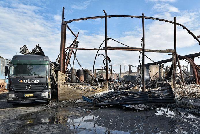 Tientallen mensen bezoeken ravage na brand Kraaiven Tilburg