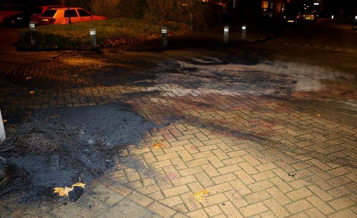 Een aangetast wegdek door een nieuwe brand in Brakel.