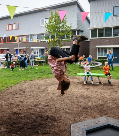 Uitdagende speeltuin Steenwijk opent op Burendag: jeugd leeft zich uit, ouderen praten bij