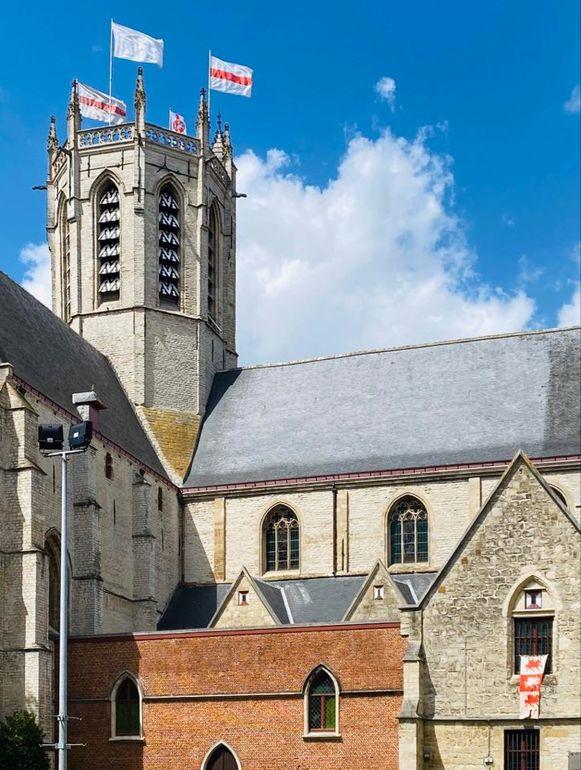Zelfs op de O.L.V.-kerk regeren wit-rode kleuren