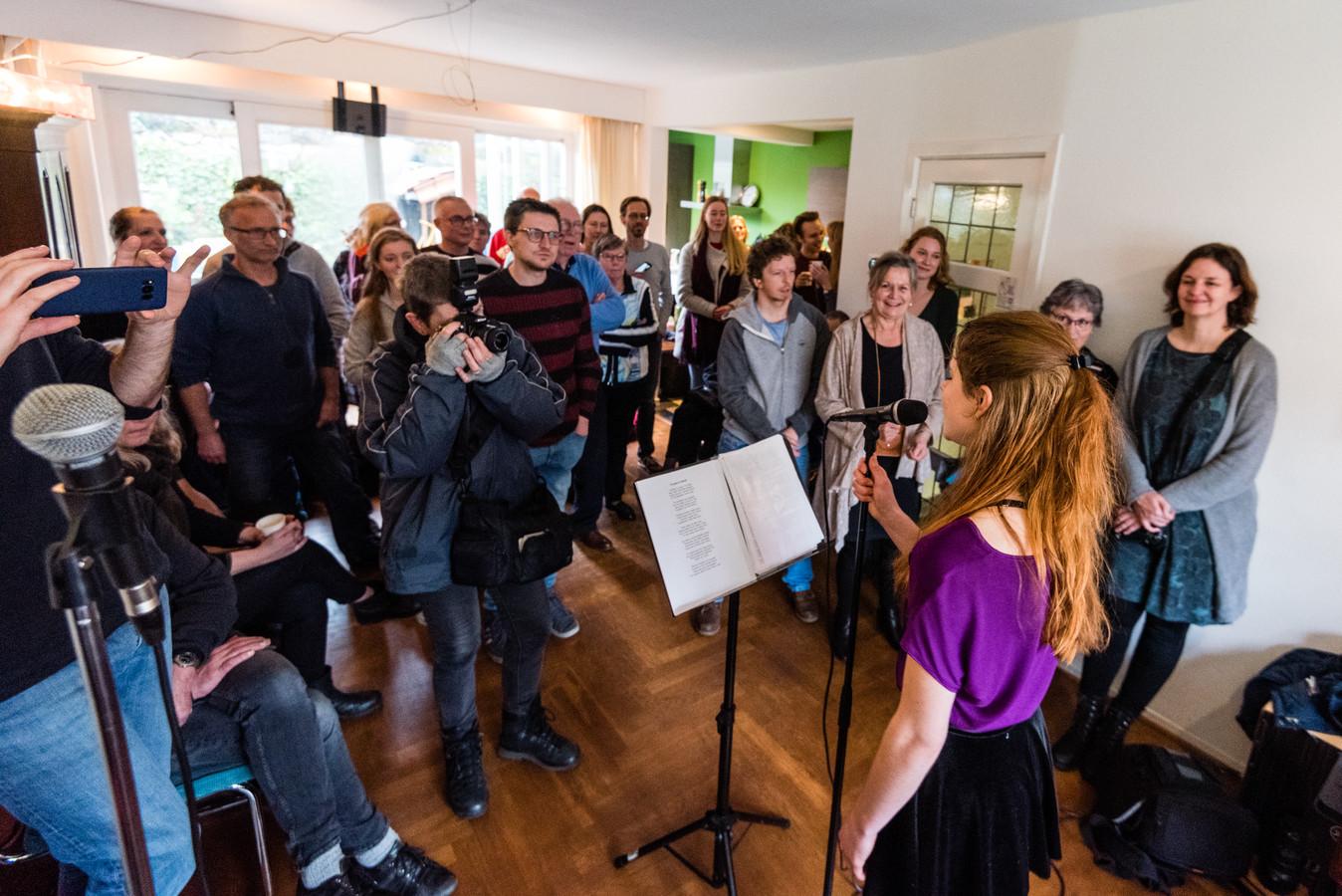 Emily H. & the Blues Explosion in een woonkamer in het Soesterkwartier.