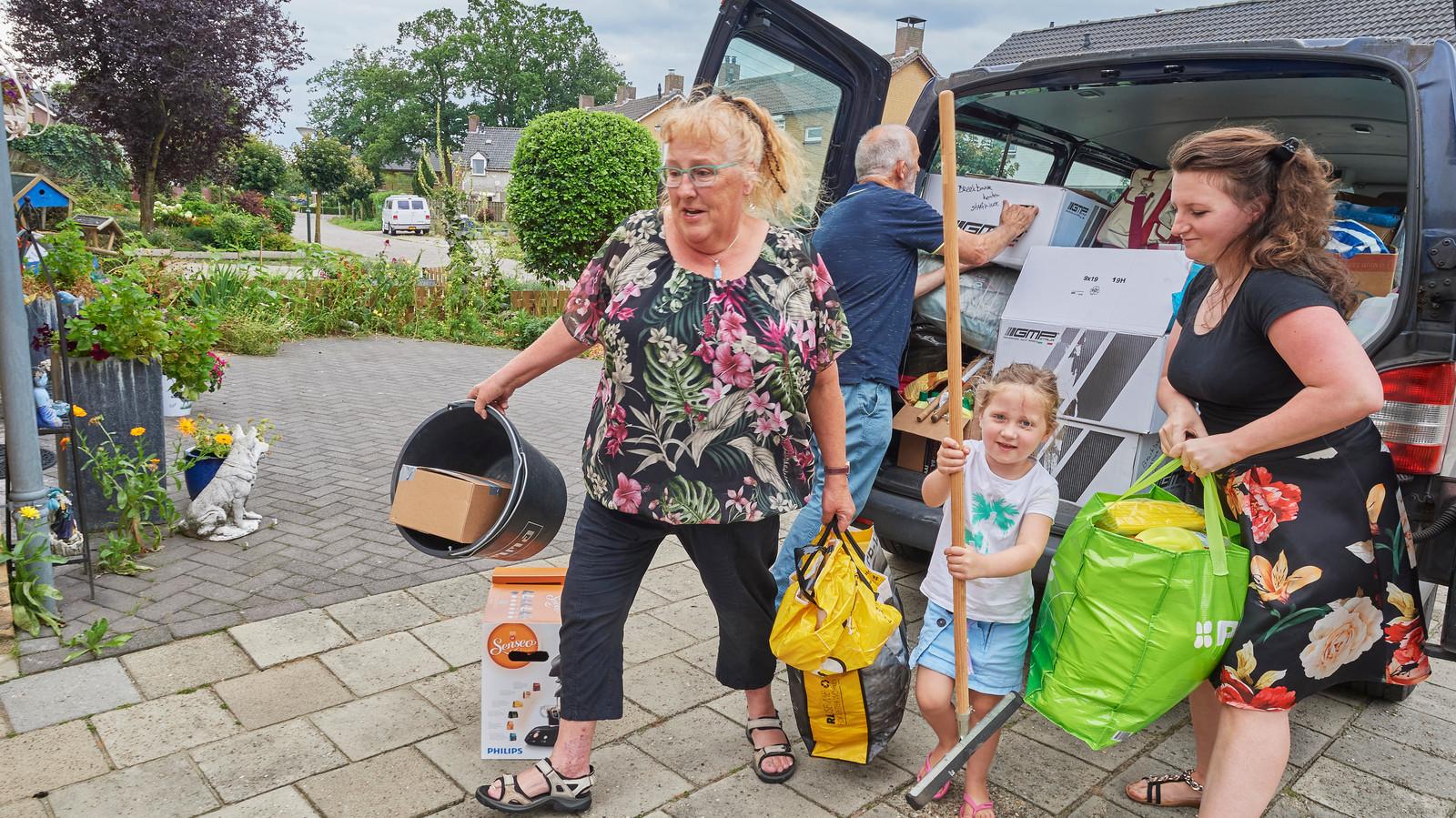 Bea Tünnissen (links) uit Eerde helpt de Boerdonkse groep met het overladen van de hulpgoederen.