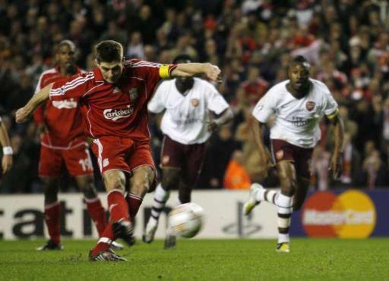 Gerrard mocht Anfield Road opnieuw doen feesten met zijn omgezette penalty. Beeld UNKNOWN