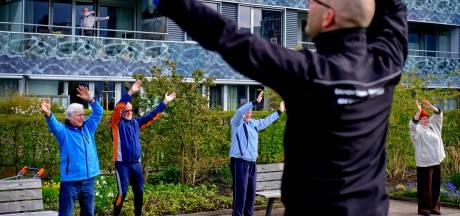Ouderen komen in beweging door balkongym: 'Het mag van mij nog wel een tandje zwaarder'