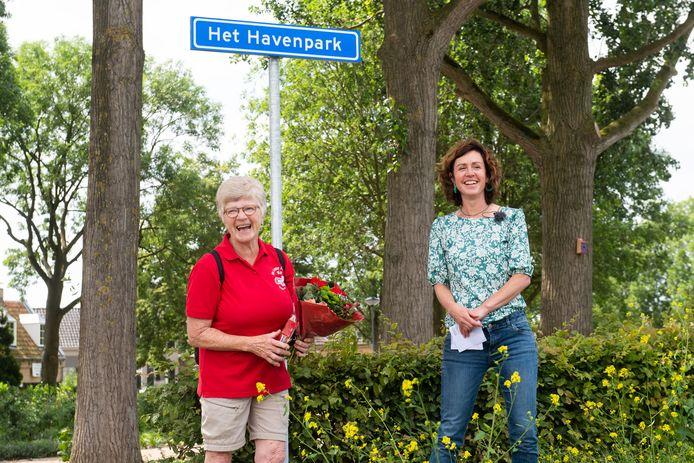 Lieke Schuitmaker onthult het naambord en het park heet voortaan: Het Havenpark. Drie personen hadden deze naam ingezonden waaronder Tini de Laat (L).