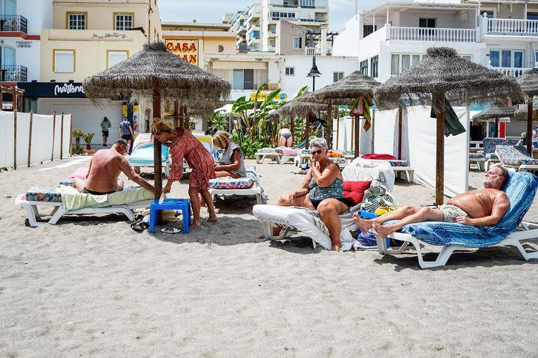 Toeristen op het strand in het Spaanse Torremolinos. Beeld Getty