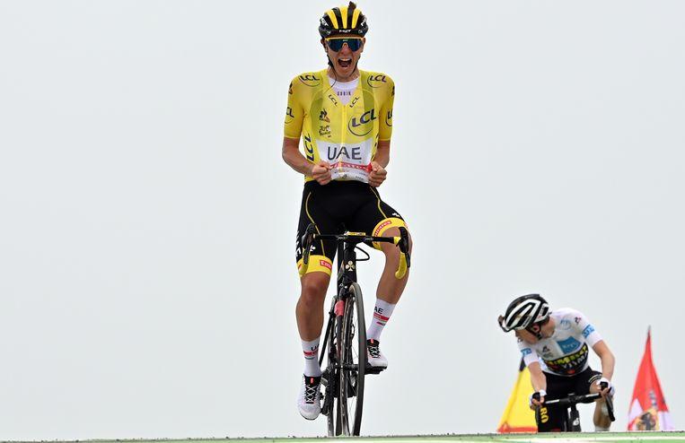 Tadej Pogacar wint de 17de etappe boven op de Col du Portet. Achter hem Jonas Vingegaard. Pogacar heeft nu een wel heel comfortabele voorsprong in de laatste fase van de Tour. Beeld BELGA