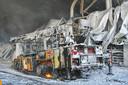De hoogwerker van de brandweer in Veldhoven is ook ten prooi gevallen aan de vlammen.