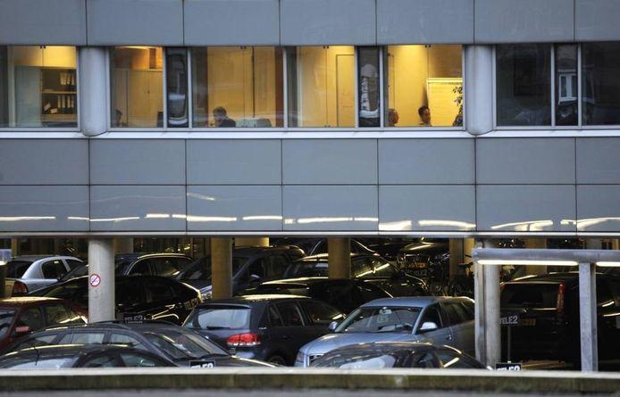Werknemers die hun auto bij het kantoor parkeren op gehuurde plaatsen moeten daarover in veel gevallen belasting gaan betalen. foto Peter Hilz/HH