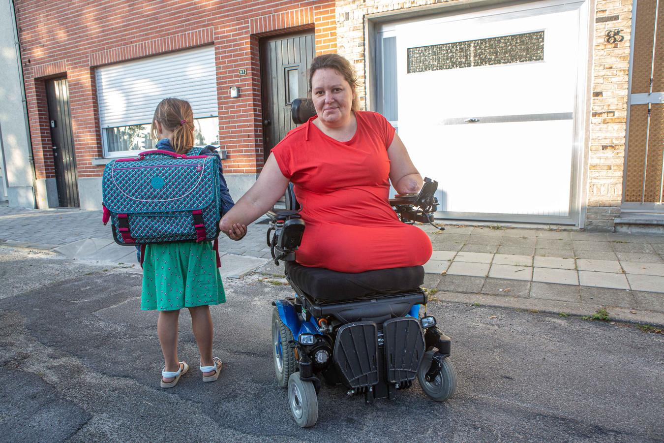 Tara is klaar om dochtertje Emma te begeleiden naar het eerste leerjaar.
