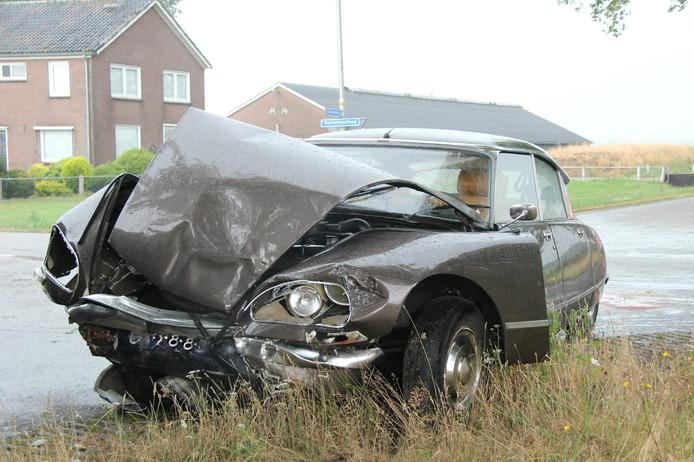 Oldtimer total loss bij ongeval in Vriezenveen
