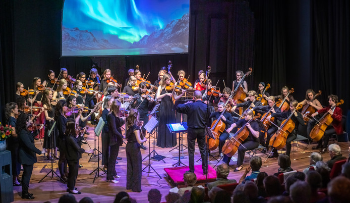 Gezamenlijk optreden van meer dan vijftig strijkers van Helsinki Strings en het Benjamin Britten-jeugdstrijkorkest. Ze voeren samen de Festival Ouverture van Edvard Grieg uit.