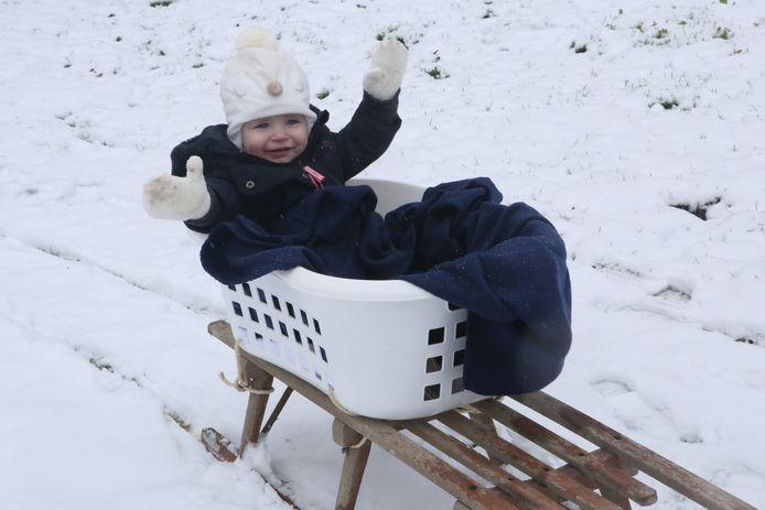 Dankzij een wasmand op de slee gebonden kon Féline Hofman toch genieten.