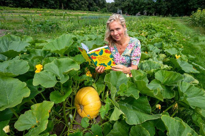 Jeannette van Mullem, maker van het duurzame kookboek Arnhem Aan Tafel Kookboek, zit in de moestuin van Hoeve Klein Mariëndaal in Arnhem. Dat is een van de plekken waar stadslandbouw plaatsvindt.