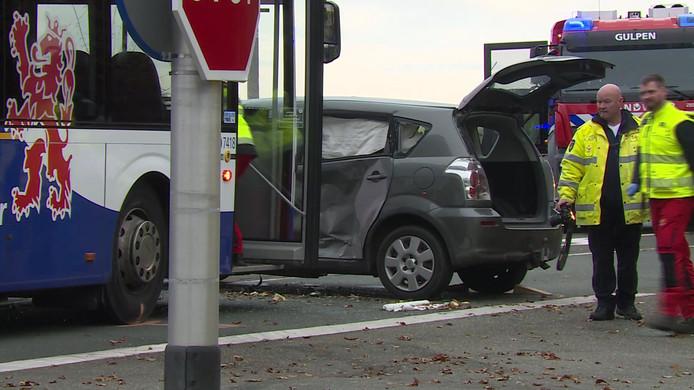 Bij het ongeluk kwam de bestuurder van de auto om het leven. Zijn vrouw en kinderen raakten gewond.
