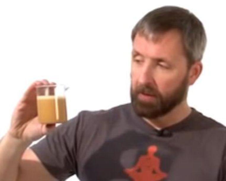 Uitvinder Dave Asprey legt in een YouTube-video haarfijn uit hoe een Bulletproof Coffee gemaakt wordt.