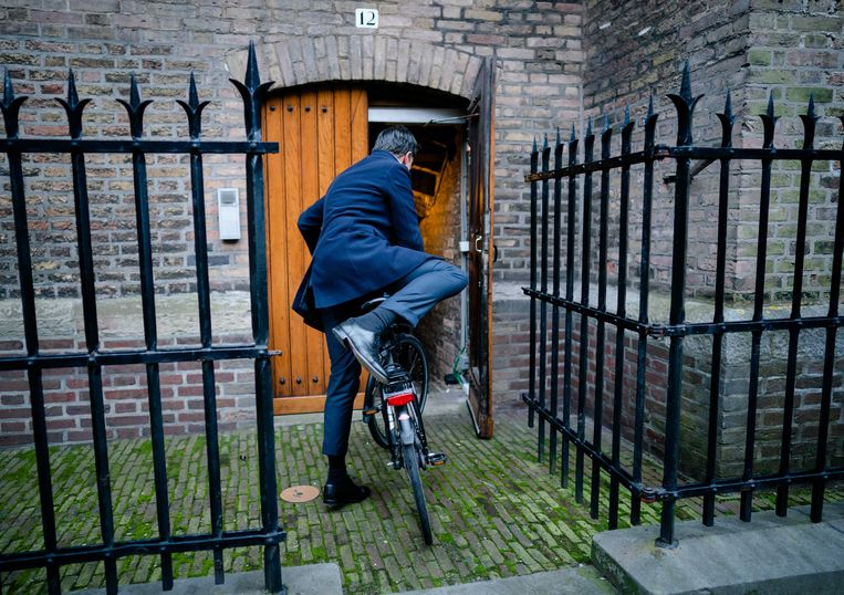 Premier Mark Rutte voor de ministerraad op het Binnenhof.  Beeld ANP