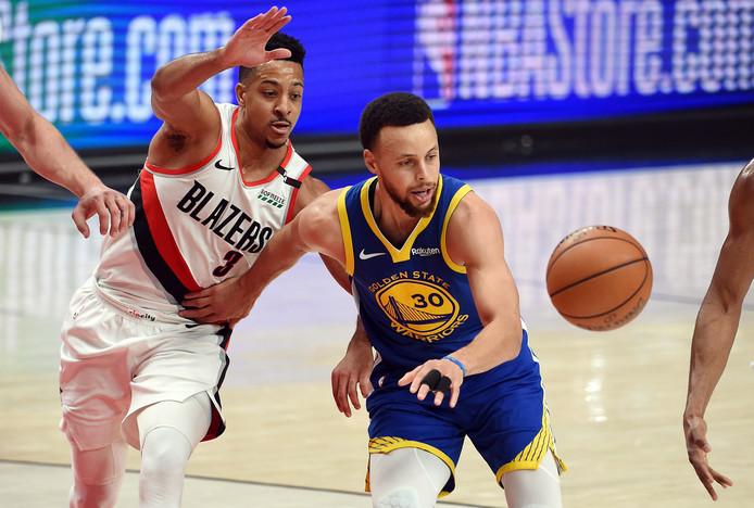 Stephen Curry van de Warriors in gevecht met CJ McCollum van de Portland Trail Blazers.