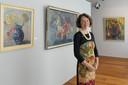 Conservator Mieke Mulders van het Stedelijk Museum Meppel in de Stien Eelsing-zaal bij door de kunstenares gemaakt bloemstillevens.