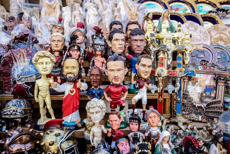 ► Tussen David van Michelangelo, Jezus, Julius Caesar en christelijke relikwieën prijkt het beeldje van Nainggolan. Beeld