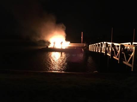 Recreatiesteiger in Deventer jachthaven in brand gestoken