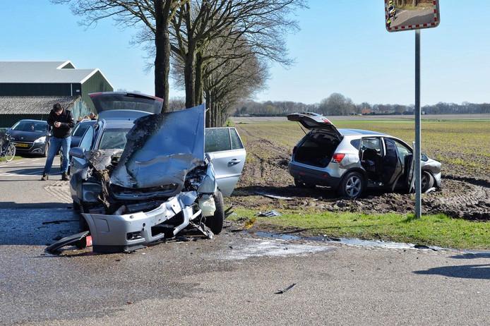 De auto's zijn zwaar beschadigd geraakt.