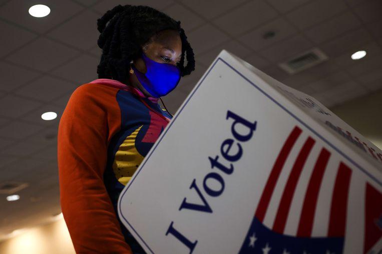Een vrouw brengt haar stem uit in Charleston, South Carolina.  Beeld AFP