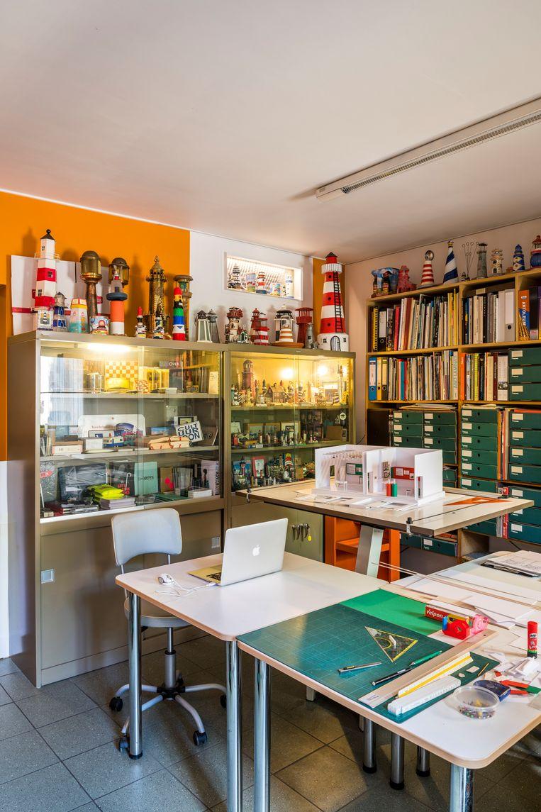 Huubs mancave/minimuseum vormt het creatieve epicentrum van het huis. Beeld Luc Roymans