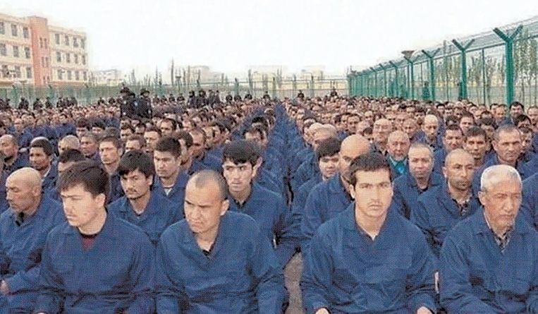 Beeld uit het boek 'De kroongetuige'. Op de foto staan gevangenen in een kamp waar foltering en hersenspoeling aan de orde van de dag zijn. Oeigoerse en Kazachse mensenrechtenactivisten spreken van de 'fascistische concentratiekampen van de Communistische Partij van China'. Beeld Privebeeld/Balans