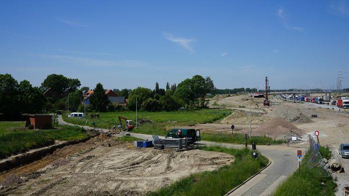 In de omgeving van de Neerstraat in Zwijndrecht zijn de hoogste waarden gemeten. In de achtertuin van de bewoners wordt de grond omgewoeld voor de Oosterweelwerf.