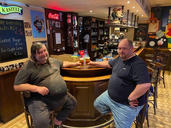 Kroegbaas Joël (rechts) van bruin café De Pullman in Sint-Antonius Zoersel met één van zijn stamgasten