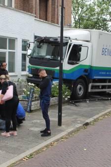 Chauffeur wordt onwel en komt met vrachtwagen tot stilstand in tuin