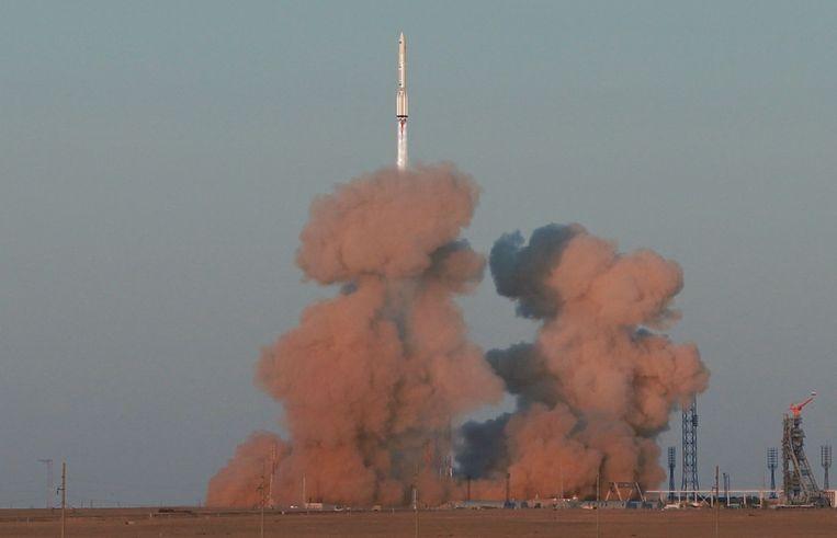Een Russische Proton-M raket met de Nederlandse robotarm wordt gelanceerd vanaf de basis  Bajkonoer in Kazachstan.   Beeld AFP