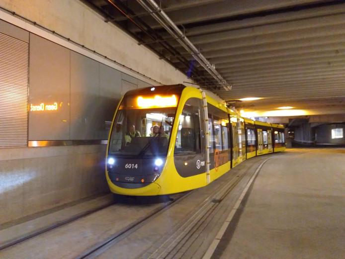 Voor het eerst zijn afgelopen nacht drie trams van de Uithoflijn op eigen kracht door het stationsgebied van Utrecht gereden.