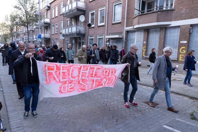 Bewoners en sympathisanten lopen door de Tweebosbuurt.