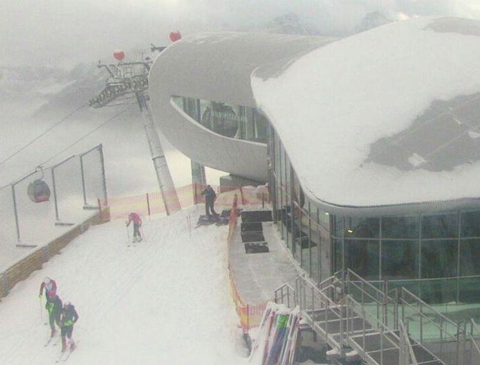 Een webcambeeld van op de Pitztaler Gletsjer in Oostenrijk, waar je nu al kan skiën.